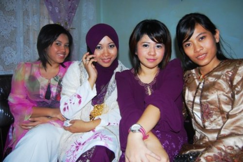Collecting another free gold ring (kaching!). Awa's engagement, from L-R amy, awa, ita and nora (cousin)