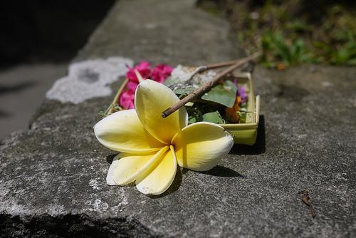 Ritual offerings in Bali (c) http://alittleadrift.com/2010/10/ritual-balinese-beliefs-offerings/